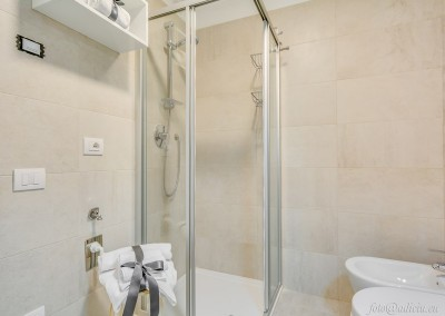 Il bagno con rifiniture di pregio e sanitari italiani.