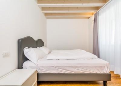 Parquet di vero legno non laminato in tutte le stanze, anche in camera da letto.