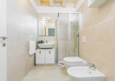 Per questioni igieniche, in bagno si è scelto di non utilizzare il parquet, sostituito da piastrelle in ceramica italiana.