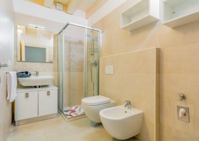 Il bagno è fornito di ogni comfort e di tutta la biancheria necessaria per il soggiorno.