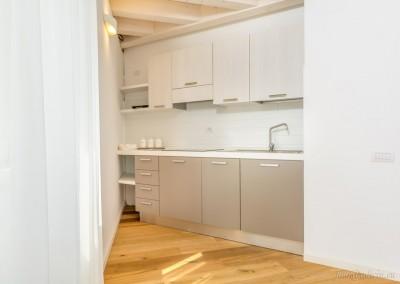 Cucina di ultima generazione, con piastre ad induzione, frigorifero, lavastoviglie e forno.