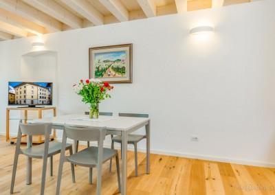 Il salone, ideale per un pasto veloce. Munito di TV a schermo piatto.