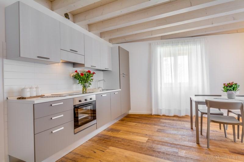 Cucina con forno, frigorifero, piano ad induzione e ...