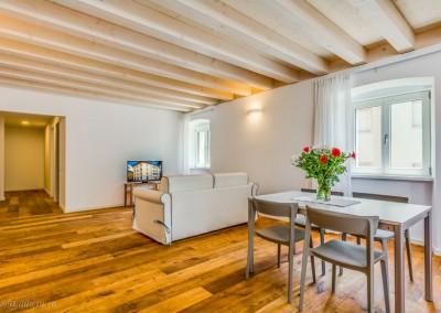 Living e dining room, con parquet di vero legno non laminato a terra.